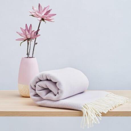 koc z wełny liliowy white pocket