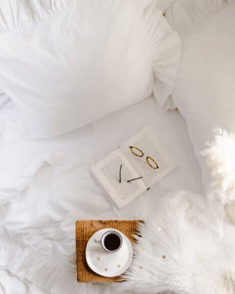 biała pościel z falbanami