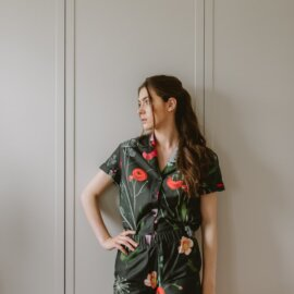 piżama krótka w ciemne kwiaty
