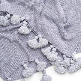 szara narzuta na łożko z frędzlami boho white pocket